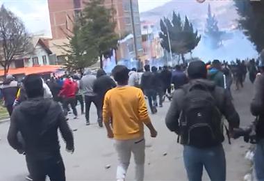 Duro enfrentamiento entre policías y cocaleros de los Yungas en la zona de Villa Fátima