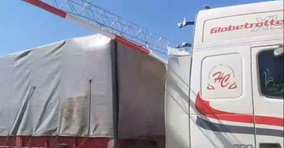 Conductor de camión rompe valla en la carretera a Tomatitas en Tarija
