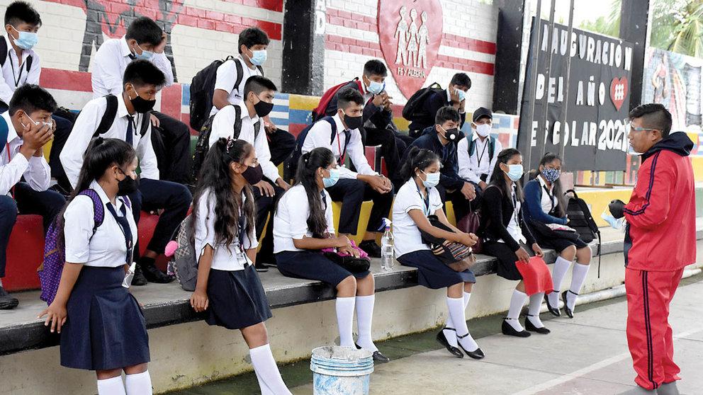 Un grupo de estudiantes de secundaria pasan clases en el patio de su colegio en Villa Tunari.  DICO SOLÍS