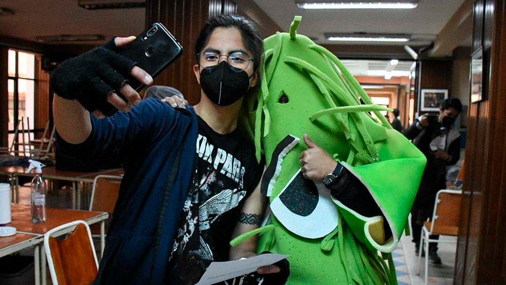 Un joven realiza una selfie tras su vacunación. DICO SOLÍS