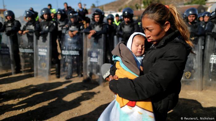 Rosa Villa y su hijo Esteban, provenientes de Honduras, en la frontera entre México y Estados Unidos.