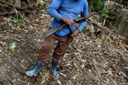 Un minero posa con un arma en una mina de oro ilegal en Itauba, estado de Pará, Brasil, el 5 de septiembre de 2021.