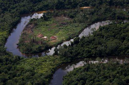 Una aldea indígena yanomami durante una operación de la agencia medioambiental brasileña contra la minería ilegal de oro en el estado de Roraima, en abril de 2018.