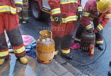 Bomberos tras apagar el incendio en La Paz