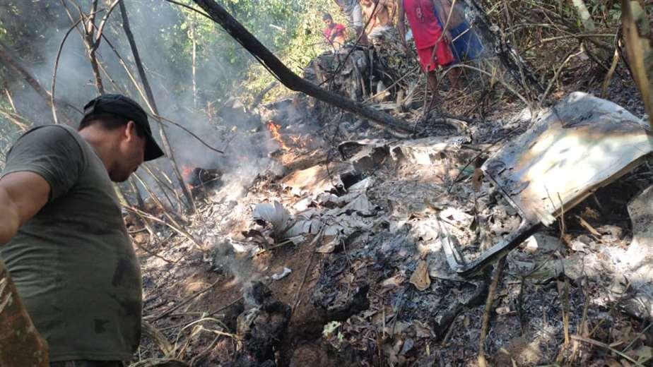 Los comunarios apagaron las llamas de la avioneta que se estrelló.