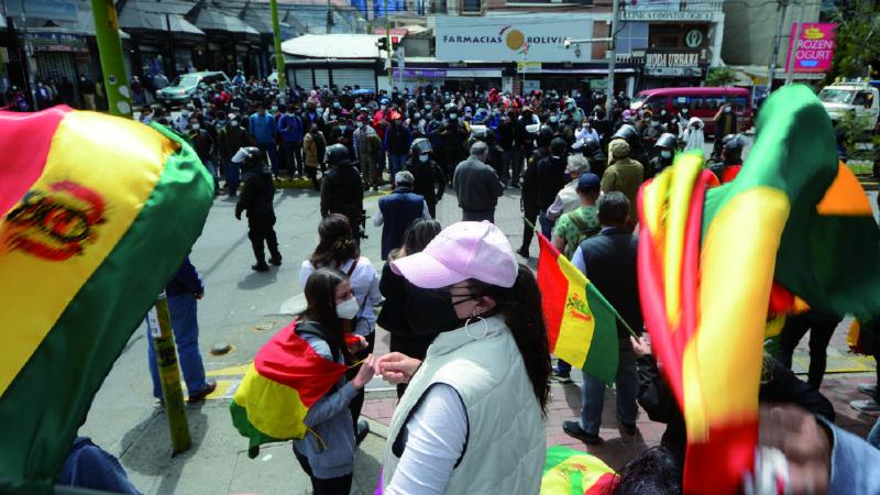 Paro es combatido por la Policía, funcionarios y grupos de choque
