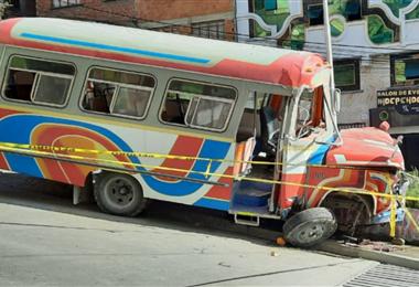 Microbús quedó estrellado en una jardinera