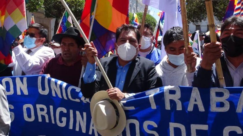 """Tras participar en el """"wiphalazo"""", Auza anuncia sanciones para médicos que acataron el paro cívico"""